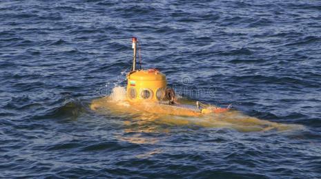un-tir-d-petit-sous-marin-jaune-reblanchit-132183338