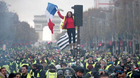 des-manifestants-gilets-jaunes-sur-les-champs-elysees-le-24-novembre-2018_6132368